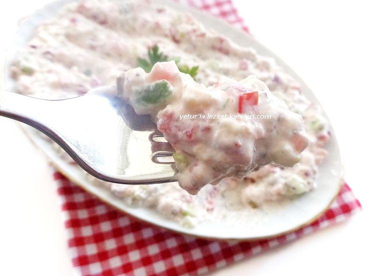 nefis bir meze oluyor.kesinlikle tavsiyemdir. malzemeler 1 su bardağı süzme yoğurt 1 küçük domates 1 küçük salatalık 1 küç...
