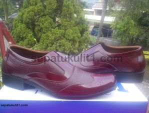 Di sini jual sepatu pantofel, tersedia berbagai macam motif kulit. Mau pesan model custom juga bisa. Ini contohnya >>> Kode Sepatu: R24 >>> Rp 385.000 >>> Sepatu Pria Model Pantofel >>> Bahan Kulit Sapi Asli Motif Kulit Buaya >>> Size 41 (bisa pesan untuk size yang berbeda).