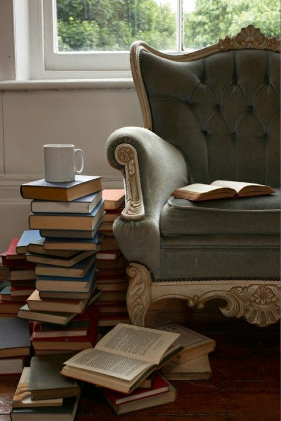 ♥ Fill your house with stacks of books, in all the crannies and all the nooks. • Dr Seuss ♥
