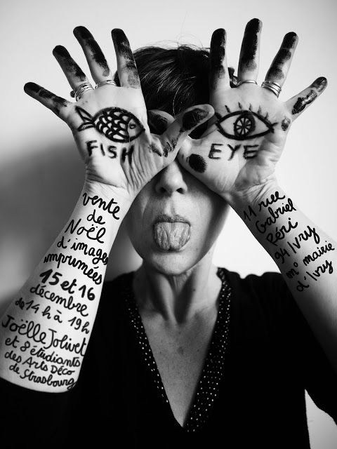 photo noir et blanc : Joëlle Jolivet, illustratrice française, femmes artiste, oeil, mains