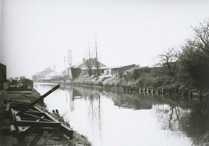 De Zuidhaven, links. Het ijzerwerk op de voorgrond werd gebruikt om schepen te water te laten 1969