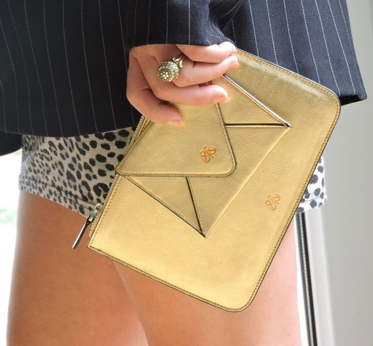 Gold cardholder&clutch . #serapaktugleathergoods #luxe #handcrafted #leathergoods #cardholder #envelopecardholder #clutch #clutchbag #pouch #altin #deritasarim #deriaksesuar #derikartlik #derikesecanta #girls #style #cool #accessories