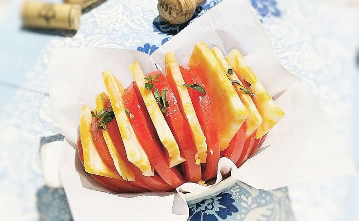 『ハッセルバックトマト』なんだか格好いい威厳のある名前のこれ、ご存知ですか?元はじゃがいも料理なのですが、そのアレンジで「トマトで作ってみたら見た目も可愛く美味しいぞ!」ということで、秘かにブレイクしつつあるお料理なのです。名前のイメージだとなんだか難しそうですが、ホントに簡単。ちょっと切り方を変えただけでかなりインパクトもあって洒落たひと品になるので、ぜひ作ってみてはいかがでしょうか?