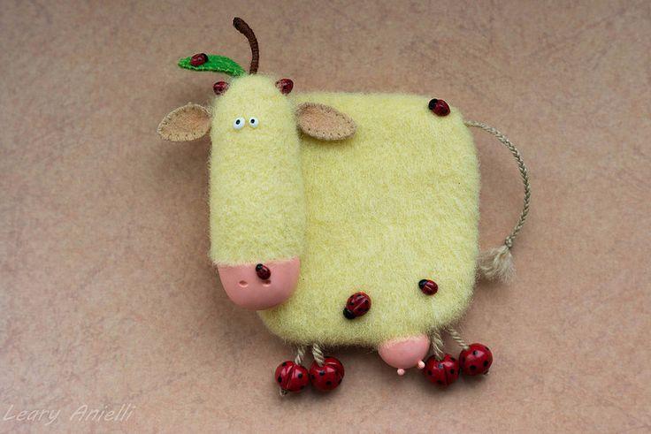 Корова Cow  Валяный из шерсти магнит на холодильник. Magnet.