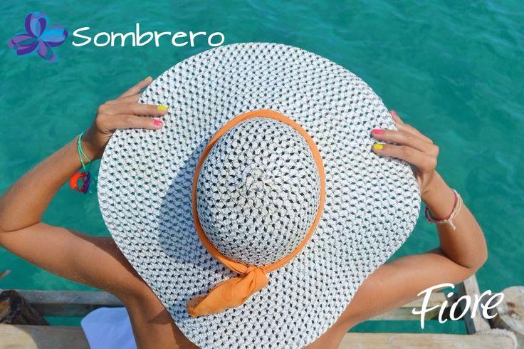 No olvides los detalles! Uñas cortas y bien cuidadas y accesorios como sombreros, lentes y collares grandes