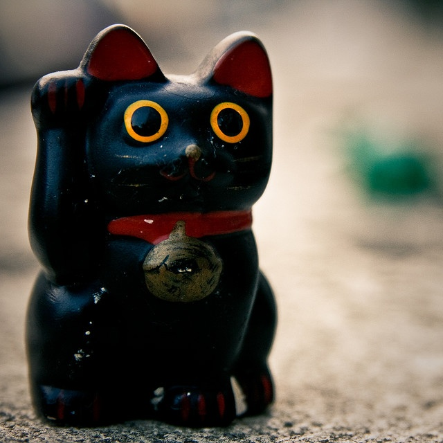 Black Makeni Neko |Left paw or right? Black, white or red? : Decoding the Lucky Cat