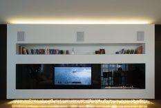 Aan De Muur Gemonteerde Televisie › Prachtige En Moderne Witte Woonkamer Met Tv Wandmeubel En Boekenkast En Open Haard › Inspirerende Woonkamer Interieur met TV Wandpaneel Ontwerp Ideeën