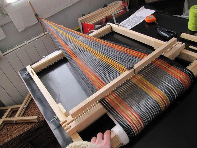 Hace unas semanas la divina providencia textil me mandó un telar de peine rígido.     Encontré de casualidad un anuncio de una chica ar...