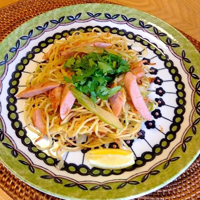 ナンプラー、xo醬、鶏ガラスープのもと、で味付け☺︎ - 25件のもぐもぐ - セロリとぎょにそ、桜えびのエスニック焼きそば by jamsuke