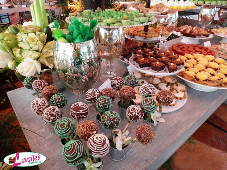 Mesa de dulces, popcakes, brownies de snickers, cupcakes de queso de bola y tartaletas