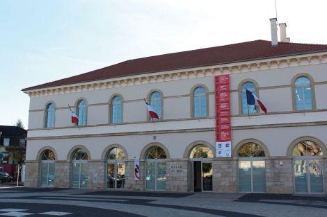 La place du Marché aux Bestiaux, rebaptisée place Xavier Jourdain, est le point névralgique de la ville. Depuis 1505, elle accueille chaque année au mois de novembre la Foire Sainte-Catherine, une des plus anciennes foires agricoles d'Alsace. La Hall aux Blés est, elle, plus récente : elle a été construite en 1841 en dehors de l'enceinte de la vieille ville.