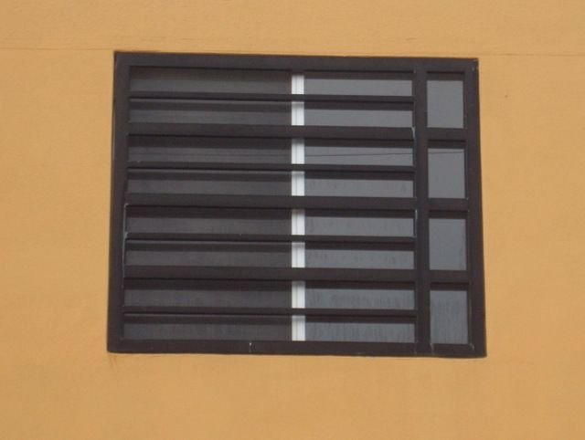 Modelo de herrería de ventanas modernas fabricadas con rejas de hierro