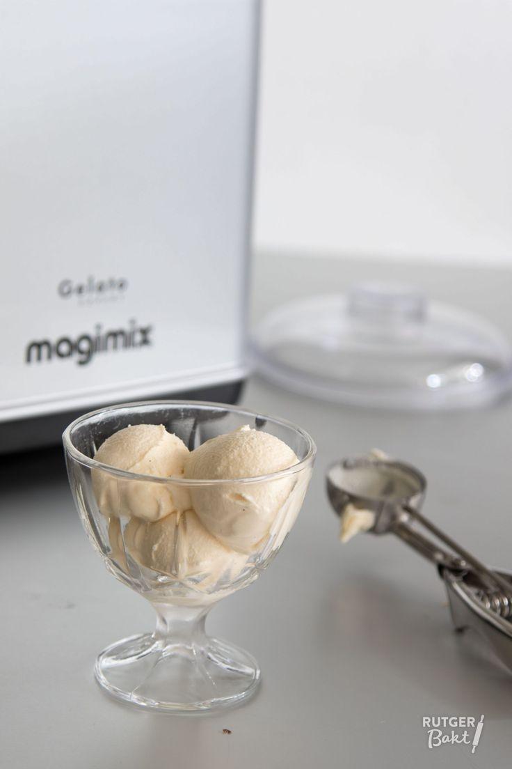 Vers gedraaid vanille-roomijs, wie houdt daar niet van!? Met mijn basisrecept voor roomijs maak je zelf perfect vanille-ijs.