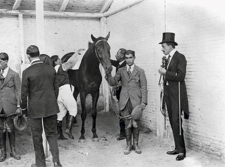 El Rey Alfonso XIII visita las caballerizas en 1916. - El Hipódromo de la Castellana, un recinto que trascendía a las carreras de caballos | Madrid | EL MUNDO