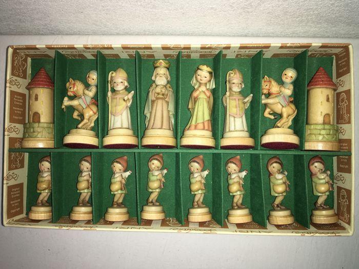 Anri Ferrandiz Schaakspel - Topstuk  Dit prachtige schaakspel is een van de meest geliefde stukken onder verzamelaars. Het betreft een handgeschilderd schaakspel van Anri Toriart met de stukken in het ontwerp van Juan Ferrandiz. Deze kunstenaar is in 1907 te Barcelona geboren en zijn ontwerpen en schilderijen zijn wereldberoemd geworden door zijn liefdevolle stijl. Dit is ook te herkennen in de stijl van de schaakstukken met kinderlijke figuren en pastelkleuren. De Italiaanse firma Anri zelf…