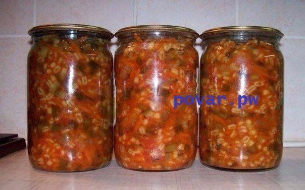 Консервированный рассольник  Ингредиенты: огурец свежий - 3 кг; лук репчатый - 1 кг;  морковь - 1 кг; томатная паста - 0,6 л; сахар (можно уменьшить - 180-200г) - 250 г; масло растительное - 250 мл; соль - 4 ст.л.; уксус столовый (9%) - 100 г; крупа перловая - 500 г;  Способ приготовления: Лук порезать полукольцами, морковь натереть на крупной тёрке. Перловку отварить почти до готовности(можно использовать вместо перловки рис). Огурцы натереть на крупной тёрке или порезать кубиками(как вам…
