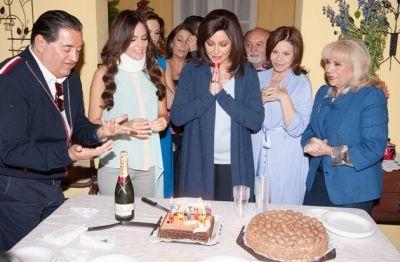 """Daniela Romo cumplió años hoy, y para festejar a la actriz y cantante, la producción de la telenovela """"La Tempestad"""" la consintió con dos pasteles. Daniela, quien interpreta a Mercedes Artigas en es"""
