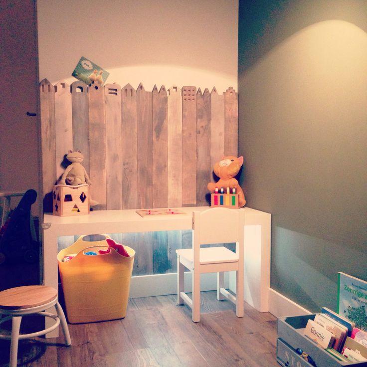 Speelhoekje woonkamer; van vurenhouten vloerplanken grachtenpandjes gemaakt en gebeitst. Op maat gemaakte tafel. stoeltje Ikea, krukje Hema, mand Tuinland.