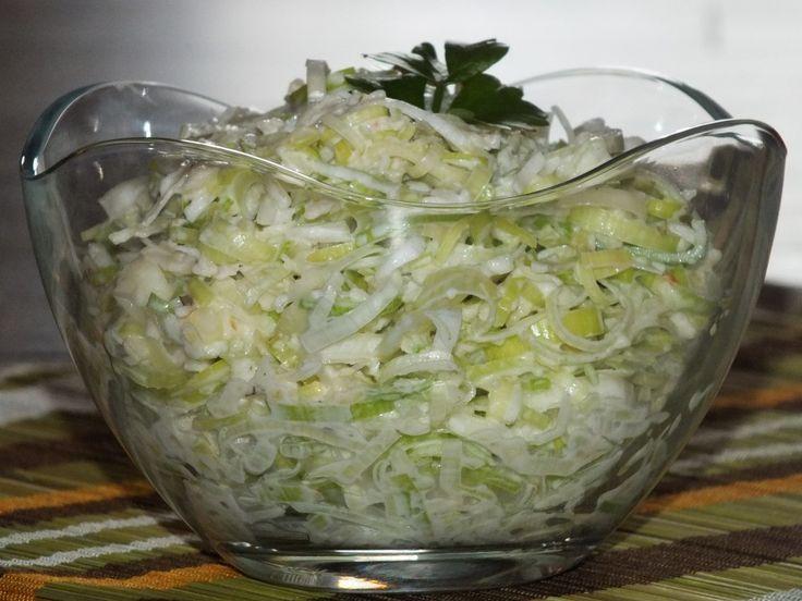 Bardzo łatwa, szybka i smaczna surówka do drugiego dania. Do zrobienia w 10-15 minut ze składników, które zawsze mamy w domu. Przepis na surówka z pora i jabłka.