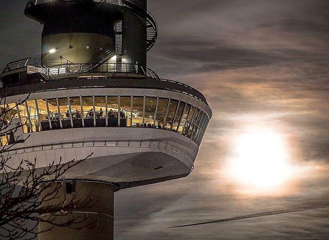 Euromast, Rotterdam Icon! #Rottergram by @giantific . . . . . #rotterdam #Euromast #euromast010 #sun #dinner #portofrotterdam #urbanphotography #Roffa #skyporn #unilever #rotturban #sunrise #skylinerotterdam #architectureporn #Architecture #rotterdamcity #architecturelovers #sunset #high #skyporn