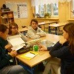 W naszej szkole jako jedno z działań integrujących zespół szkół tj. szkołę podstawową i gimnazjum podjęło inicjatywę rozwoju i edukacji poprzez ciekawe ćwiczenia, gry edukacyjne czy lekcje biblioteczne.Cele: rozwijanie umiejętności współdziałania w grupie, asystentury wobec ucznia młodszego – dzielenie się własną wiedzą i doświadczeniem.Zadania: Podkreślanie mocnych stron ucznia i wzmacnianie procesu edukacji w oparciu o te talenty.