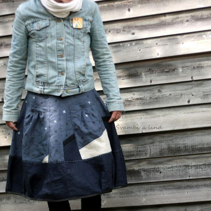"""lněná s otisky(vel.38) Originální sukně je ušitá z šedomodrého lnu, kterou nejprve lind dle vlastního návrhu upravila """"otisky"""". Pro představu, jak náročný proces vzniku nového kusu látky je, se dočtete tady """"otisk"""" ten zanechává na látce nepravidelné stopy, které jsou žádoucí. Tiskla profesionálními barvami na textil, fixovla fixativem a teplem. Já pak látku ..."""