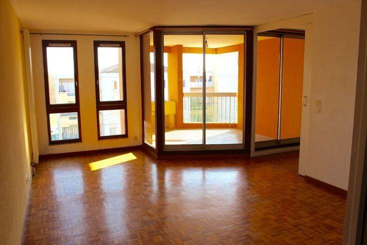 VENTE -  AIX EN PROVENCE  Situé à l'ouest du centre ville, T2 de 48 m2 au 5ème et dernier étage avec ascenseur d'une résidence sécurisée et bien entretenue.  Il dispose d'un lumineux séjour de 20m2 avec accès sur la terrasse de 8m2, cuisine attenante de 10m2, chambre avec placard, salle de bain et WC séparé. Garage en sous-sol en sus.  Copropriété verticale. Chauffage individuel au gaz. Charges mensuelles d'environ 80€ (Eau froide, entretien parties communes, extérieur).  199 000 € FAI.