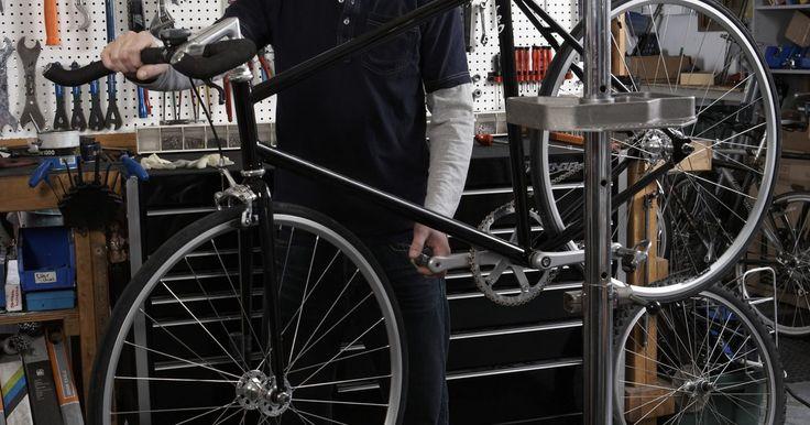 Faça você mesmo: bicicleta elétrica. Há muitas formas de modificar uma bicicleta comum ou mountain bike para que ela se movimente sozinha com energia elétrica de uma bateria. Você pode ser ecologicamente correto e economizar dinheiro ao mesmo tempo, pois o custo de recarregar a bateria é menor do que encher o tanque hoje em dia.