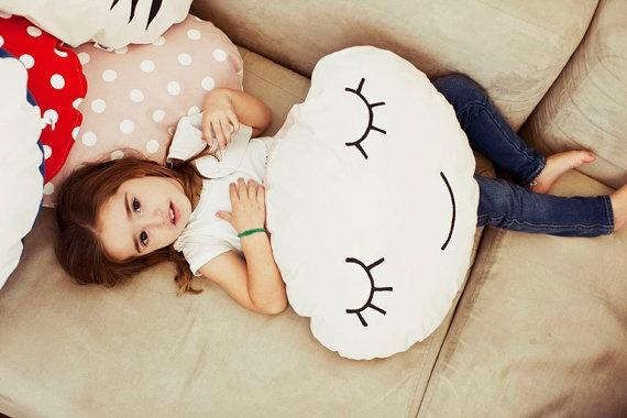 A smiling cushion to have sweet dreams por anadelgar en Etsy, €25.00