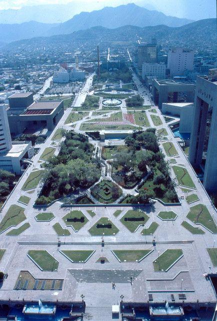 La inmensa #Macroplaza de #Monterrey vista desde los aires. Increíbles atractivos se presenta dentro y en los alrededores de este bello espacio verde.
