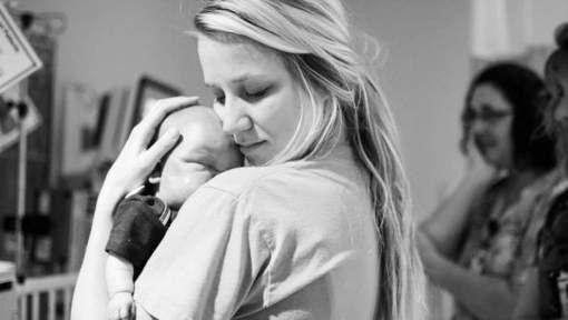 Een laatste knuffel: verpleegster toont met hartverscheurende foto de rauwe schoonheid van haar beroep - HLN.be
