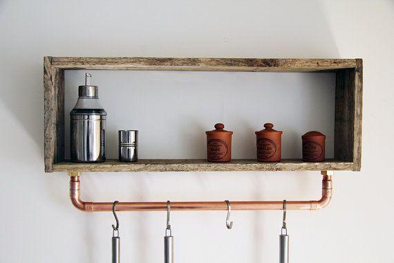 Etagère design et contemporaine entièrement réalisée en bois de palette jetée et non consignée.  Cette étagère est unique et présente des