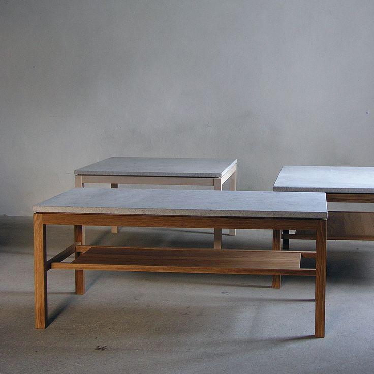 Hejnum från GAD är ett stilrent soffbord i ek designat av Kristian Eriksson. Skiva i trä, gotländsk kalksten eller granit. Endast kalksten på det runda bordet. En lös hylla ingår till det stora rektangulära bordet.Hejnum finns även i björk.