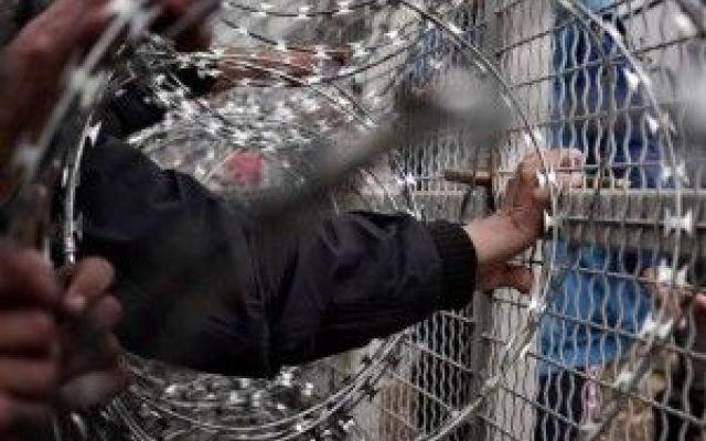 Tensione tra Macedonia e Grecia, migranti valicano muro metallico I migranti posizionati al confine tra Macedonia e Grecia sono riusciti a forzare la barriera metallica nei pressi della cittadina greca di Idomeni ed hanno occupato i binari della ferrovia in segno d #migranti #macedonia #grecia #immigration