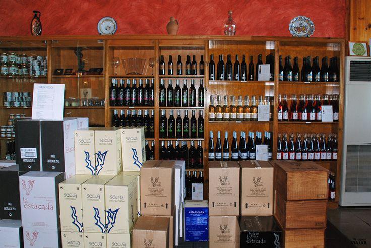 Tienda de vinos y productos típicos de la gastronomía local