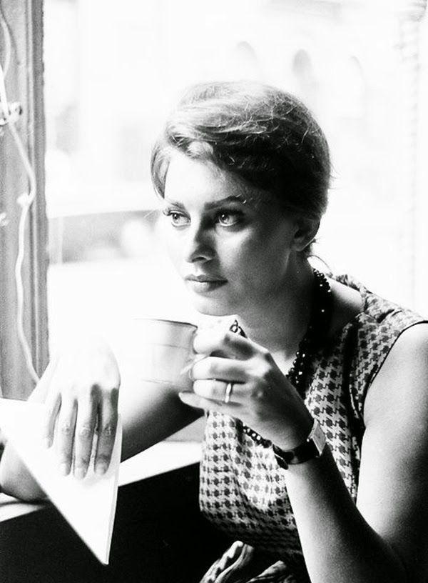 Sophia Loren in a coffee shop in New York City, photo by Peter Stackpole, LIFE June 23, 1958....réépinglé par Maurie Daboux .•*`*•. ❥