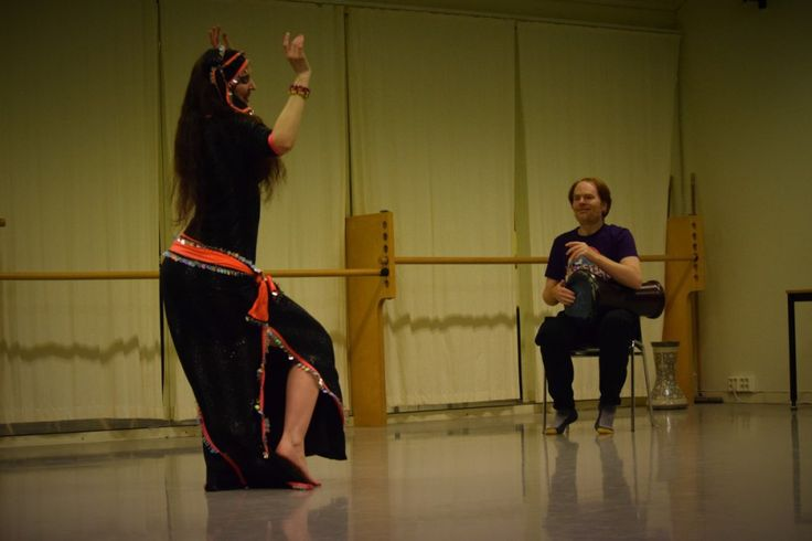 Rachael and Rhythmic Ginger live improvised drum solo in Bergen, Norway at the Zamila hafla, after teaching dance/drumming workshops. This performance was so much fun! Photo by Andrew Aitken. #Bellydance #RaqsSharqi #Raqs #Baladi #Dance #Drumming #DrumSolo