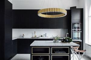 Et brunt, moderne kjøkken med fronten Bistro ask brunbeiset. Et eksklusivt og moderne kjøkken med en slett front og skap helt opp til taket med mye oppbevaringsplass. Benkeplatene i dette kjøkkenet er Carrara marmor og passer perfekt sammen med den brune fargen på kjøkkenet. Bistro ask brunbeiset | Drømmekjøkkenet