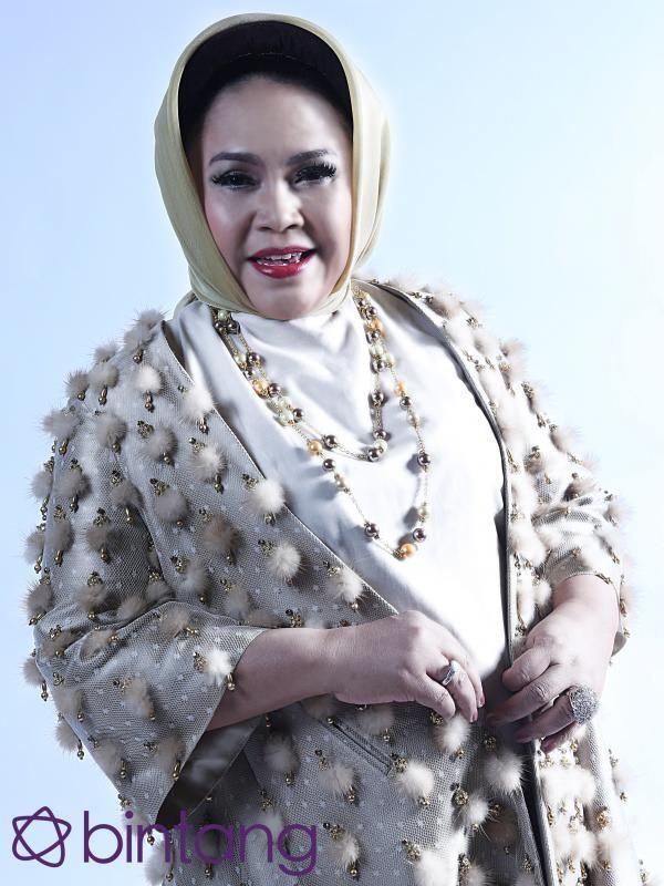 #Bintang3Generasi #1TahunBintang #EKSKLUSIF  Meski telah jarang bernyanyi di layar kaca, Hetty Koes Endang mampu mempertahankan eksistensinya di dunia entertainment, khususnya musik. Meski sudah berkarya selama 46 tahun, namanya tak pernah terlupakan. Bahkan, pesona divanya seakan tak pernah meredup. Klik link di bio untuk ulasan EKSKLUSIF selengkapnya.  #HettyKesEndang #Penyanyi #Bintang #Indonesia