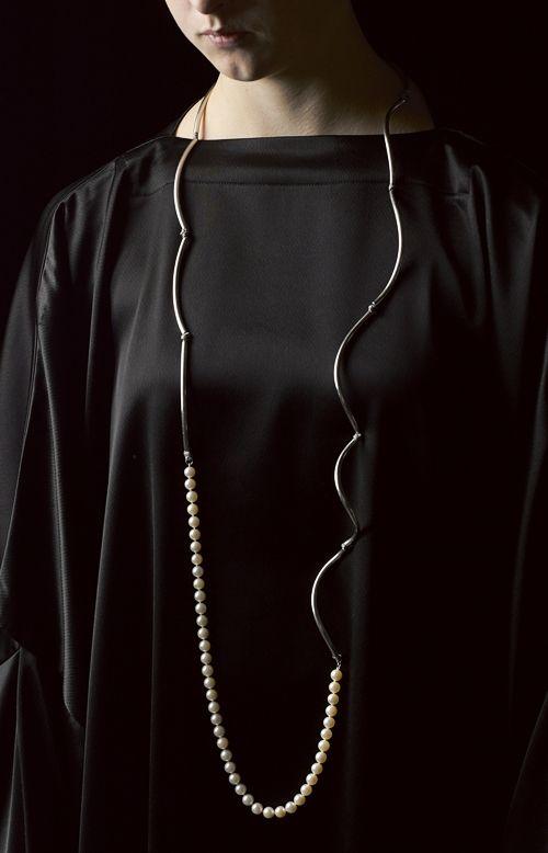 Linda van Niekerk. Neckpiece: Storm and Clouds with Pearls, 2013. Sterling silver, Cultured Pearls, silk. Image : Peter Whyte.