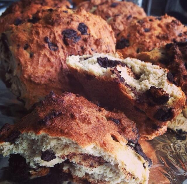 Healthy chocolate chip buns - no flour or sugar. Set the oven to 200C. Start of by melting 60 g butter and let cool a bit. Then add: 8 eggs and 2 dl coconutmilk. In a seperate bowl combine: 2½ dl almondmeal, 6 tbsp HUSK, 4 tbsp sukrin, 4 tsp baking soda and 120 g dark (70-80%) roughly chopped chocolate. Now combine the wet with the dry. Let rest for 15 min. By using 2 spoons form the buns and place on a griddle. Bake for about 15 min or until golden.