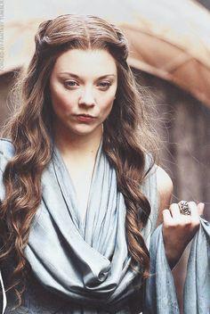 Margaery sugere várias atividades para Tommen, em um esforço para moldar-lo como um governante de sucesso, tais como andar à vista de seus súditos e participar das sessões do pequeno conselho. Cersei proíbe todas as sugestões do Margaery. Mais tarde, Margaery reconhece a ameaça militar criado pela invasão dos homens de ferro nas Ilhas Escudo e fica incrédula com a falta de compreensão de Cersei.  Cersei acusa Margaery de adultério e traição, após torturar o Bardo Azul obtendo os nomes dos…