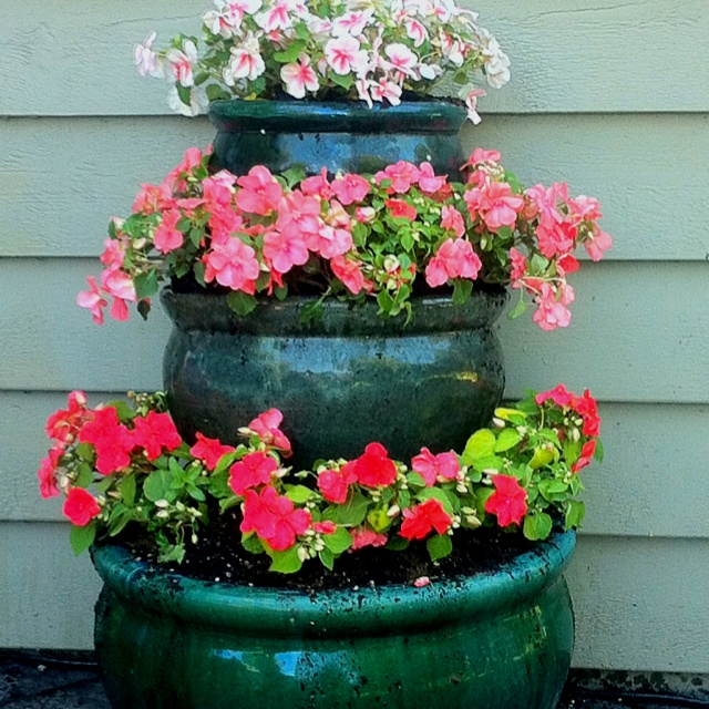 I can do this with my blue ceramic pots! Stacked flower pot planter