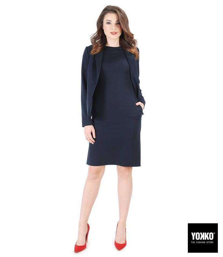 TINUTA OFFICE   Combinand doua articole vestimentare de aceeasi culoare veti obtine un efect de subtiere si alungire a siluetei. #office #dayoutfit #bleumarine #dress #jacket #red #yokko #fashion #style