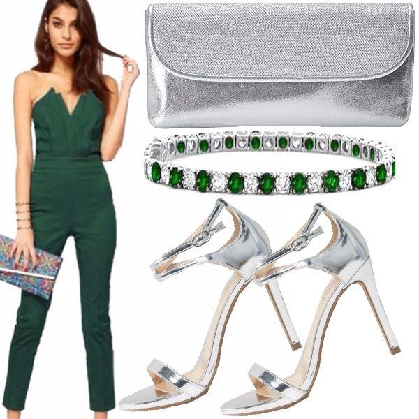 Questo look dimostra che si può essere elegante e femminile anche in pantalone. Outfit composto da una jumpsuit elegante di colore verde, sandali e pochette argento, per finire come accessorio un bracciale.