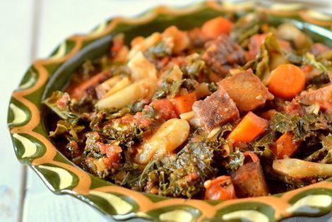 Jarmuż z wędzonym tempeh tworzy danie o niezwykłym smaku, wyglądem przypomina bigos lecz jest na pewno zdrowsze