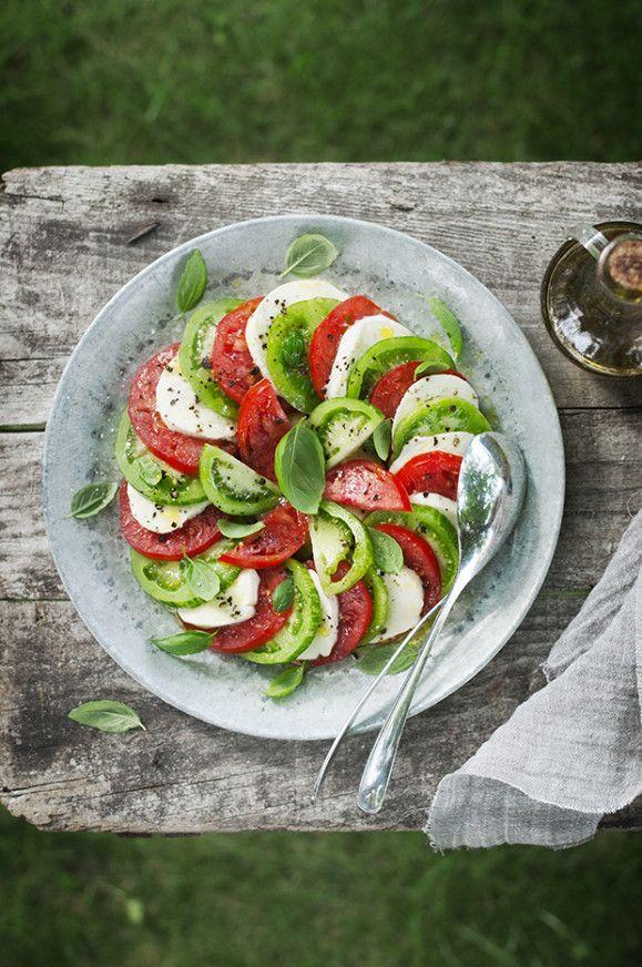 Salade caprese, une belle assiette simple et saine  Ingrédients pour 4/5 personnes 8 tomates (4 cœur de bœuf et 4 green zebra de même calibre) 2 boules de mozzarella di bufala (AOP) Un bouquet de basilic frais Huile d'olive extra-vierge Sel de Guérande et poivre du moulin