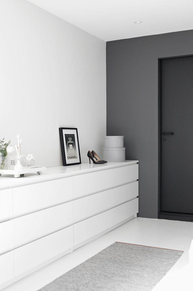 Beautiful grey and white bedroom on Stylizimo blog #interiors #scandinaviandesign #grey