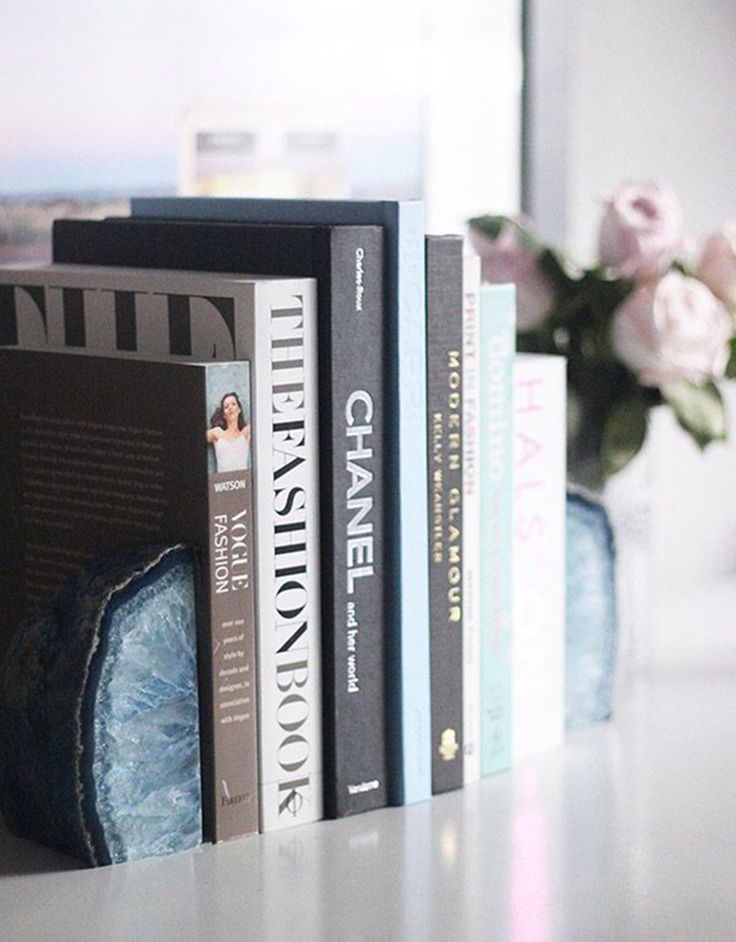 Styling accessories made with or from agate are absolutely marvellous. Put some agate bookends on your bookshelf for an unexpected touch, or place agate slices on beautiful stands among other precious objects.