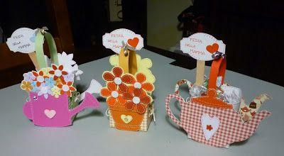 Oggi vi propongo ancora tre cestini porta dolcetti: il tema è la festa della mamma. Il cestino è sempre realizzato da me con del carton...